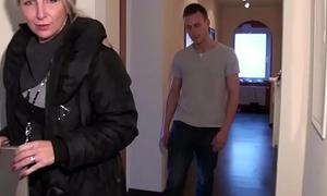 MILF Maklerin ueberrascht Jungspund zu Hause und fickt ihn