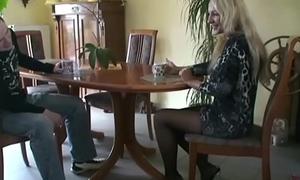 Mummy schnappt sich den 18jr Bubi des Vermieters zum Fick