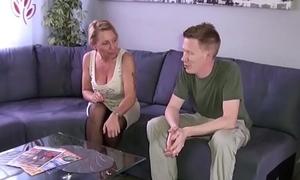 Stief-Sohn mit dem Riesen Pimmel fickt geile Mutti